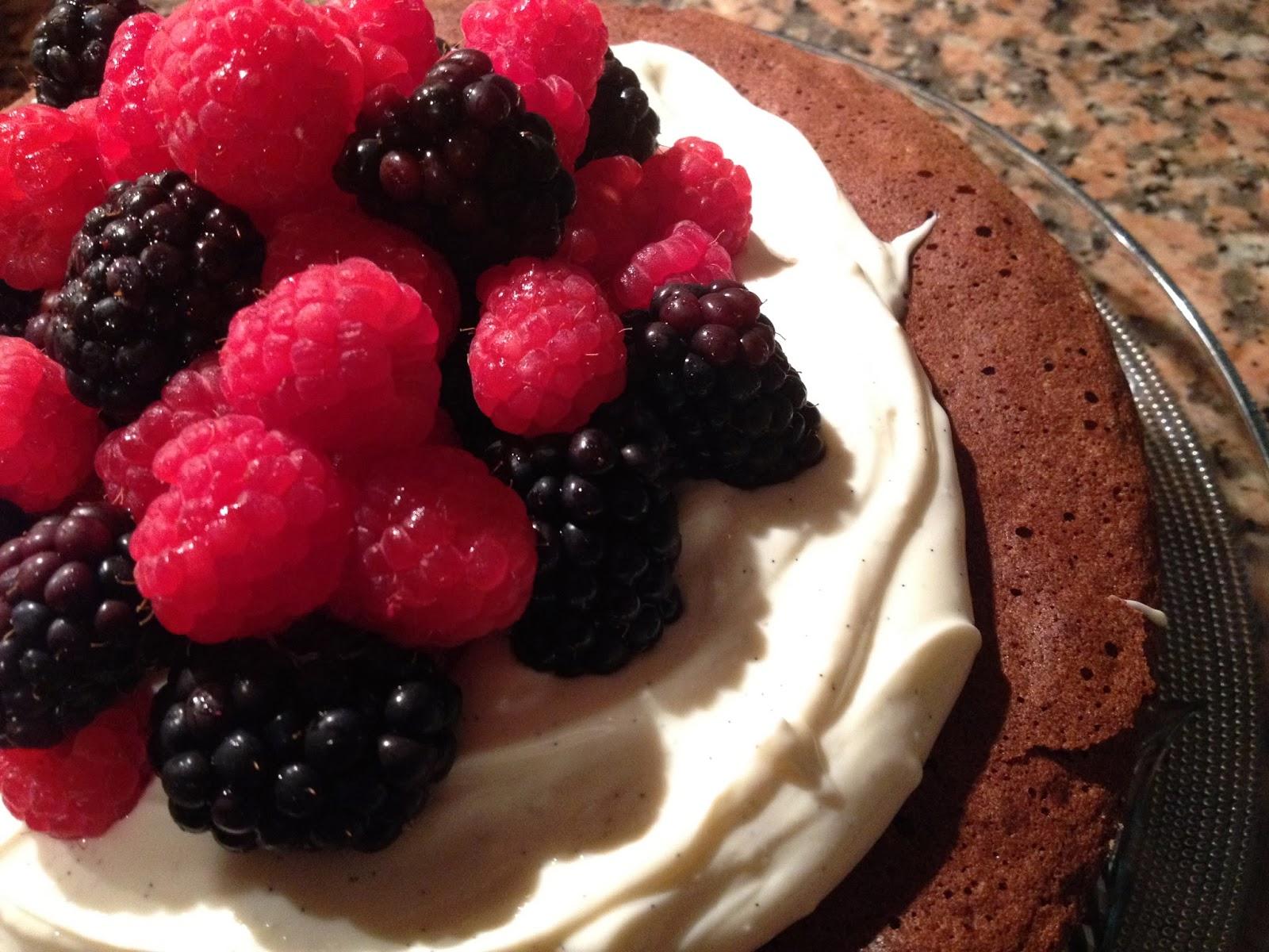 Bolo de chocolate com creme de baunilha e frutos vermelhos