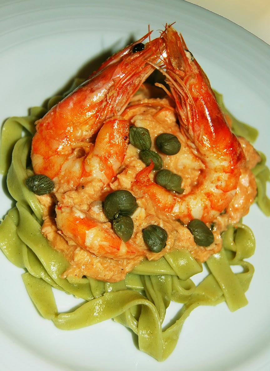 Tagliatelle verde com salmão e camarão