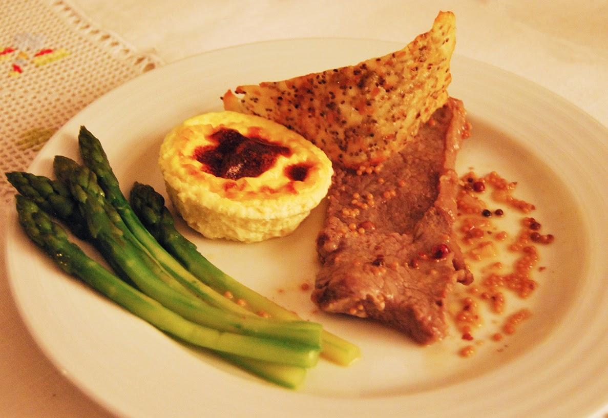 Bife com pudim de alho, espargos e crocante de queijo da ilha