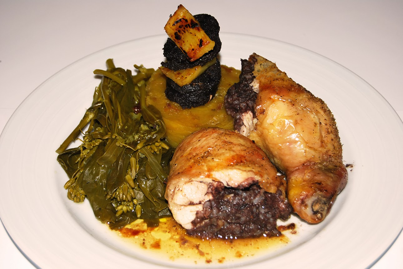 Pernas de frango recheadas com morcela acompanhadas de batata doce, ananás e grelos