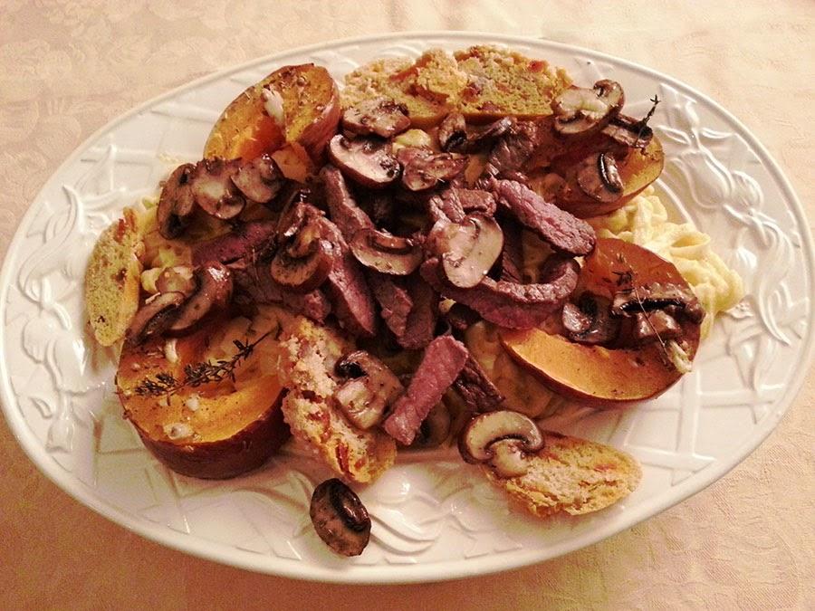 Fetuttini em molho cremoso com cogumelos, abóbora assada e vazia grelhada