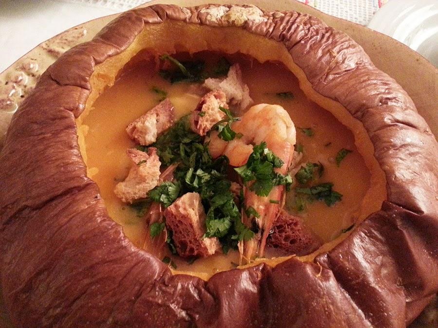 Sopa de peixe e camarão na abóbora