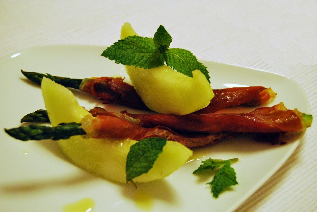 Meloa com espargos verdes enrolados em presunto