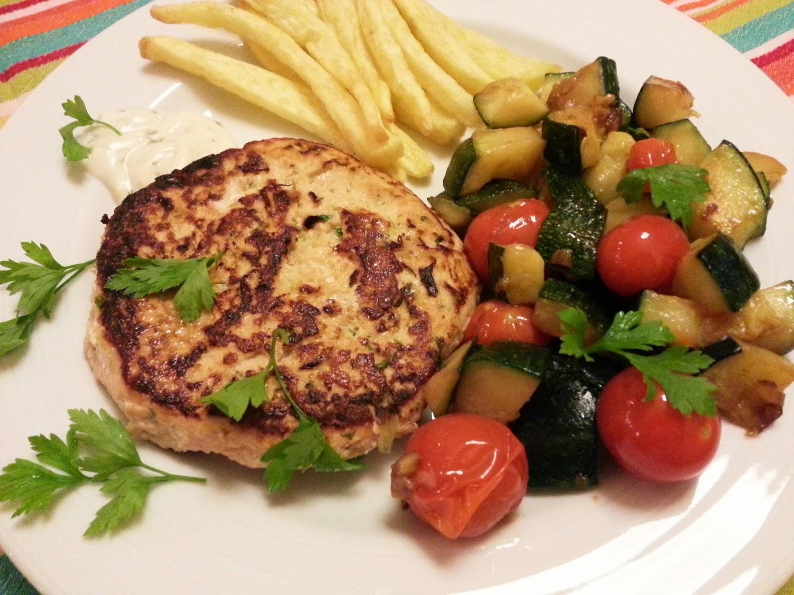 Hamburguer de salmão com courgette salteada e chips