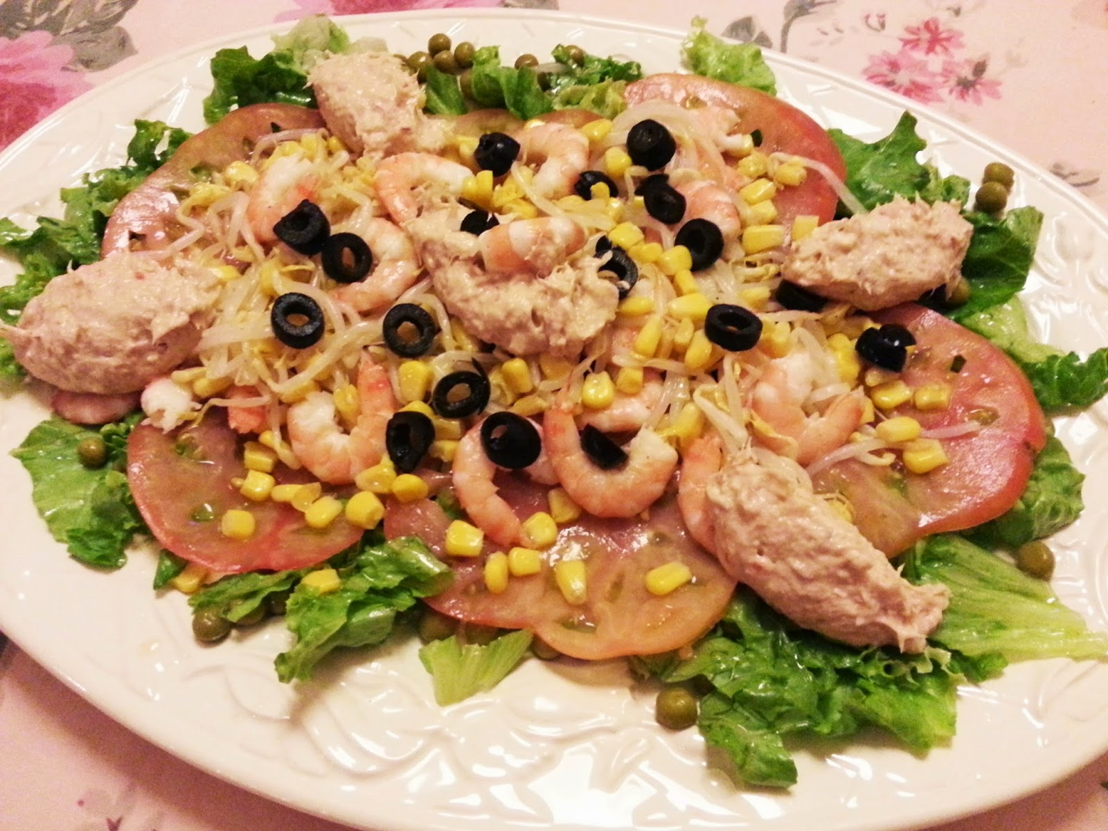 Salada verde com camarão e pasta de atum