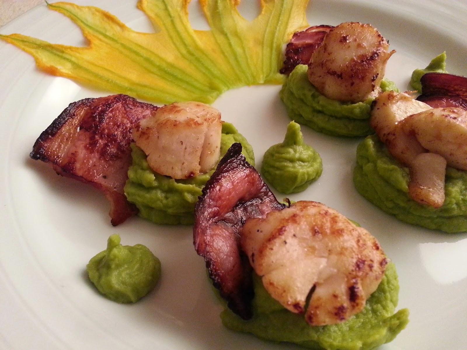 Vieiras salteadas com puré de ervilhas e bacon estaladiço