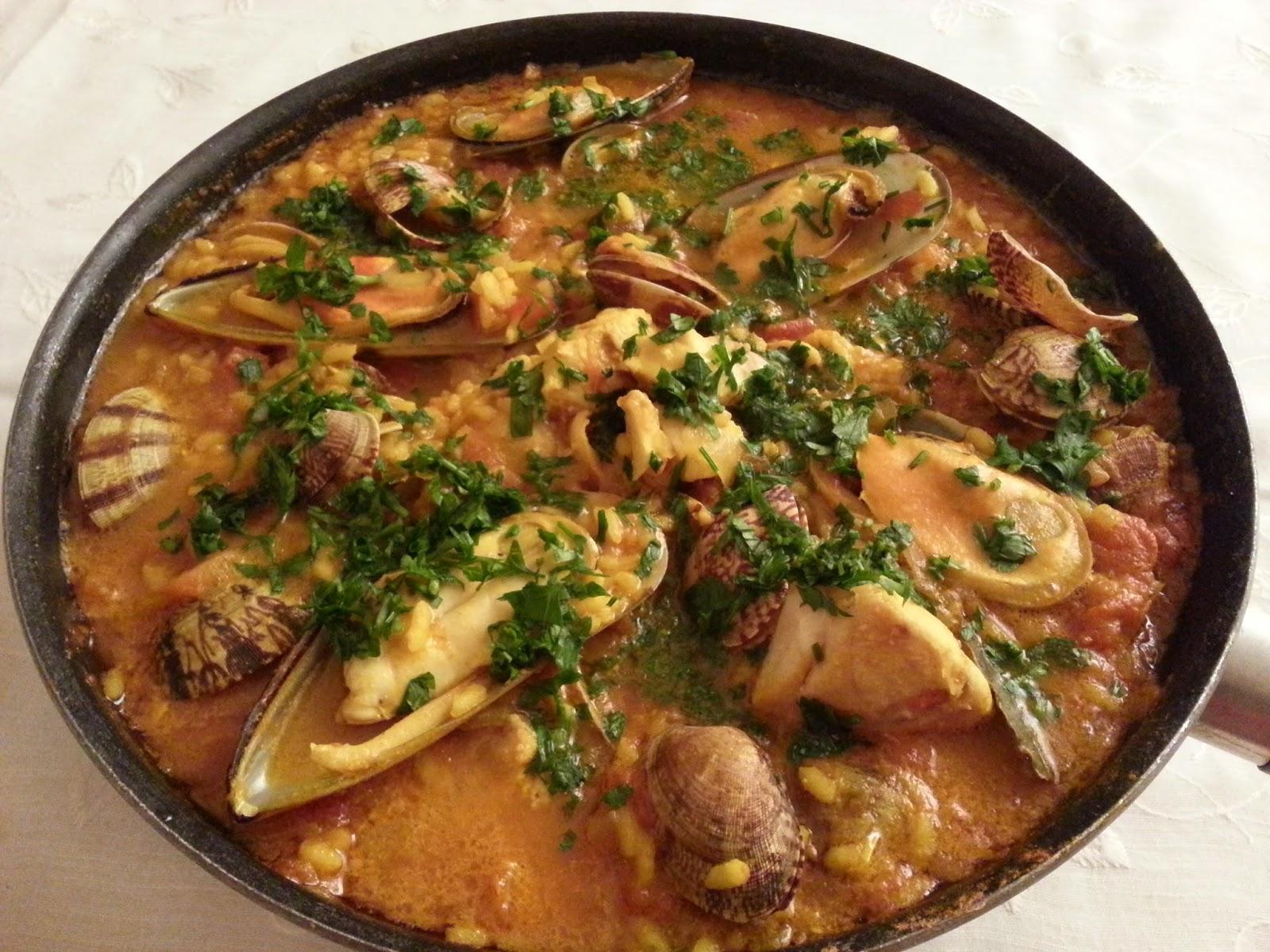 Paella de peixe e bivalves