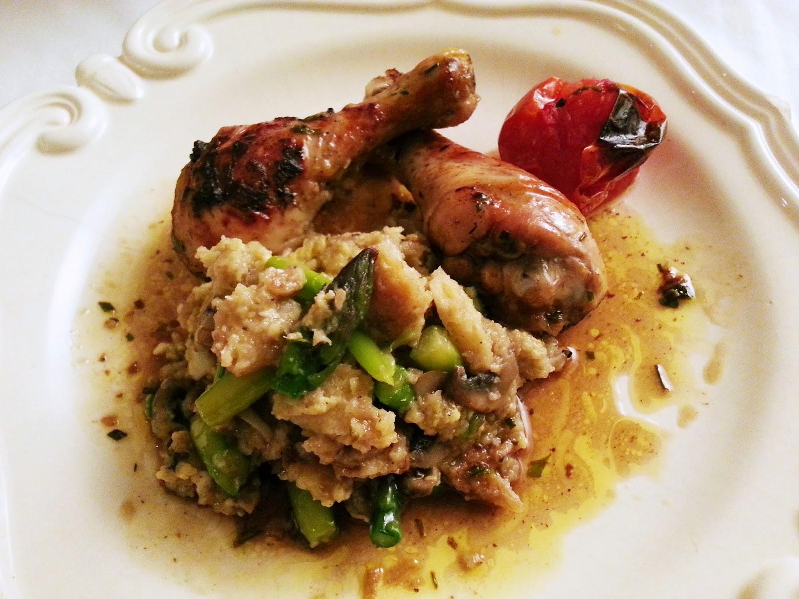 Perninhas de frango na frigideira com migas de espargos e cogumelos