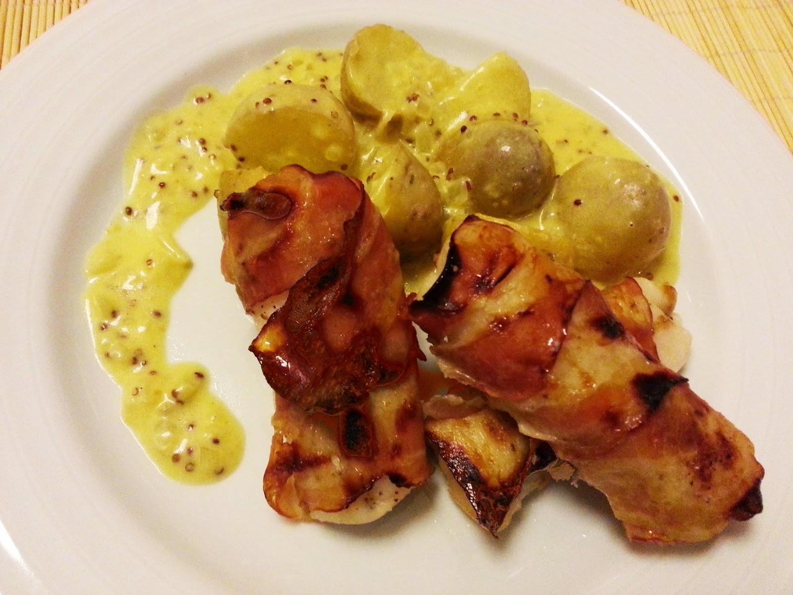 Lombos de pescada enrolados em bacon com molho de mostarda