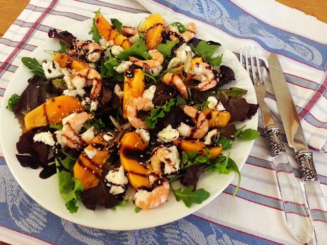 Salada de folhas verdes, dióspiros e camarão