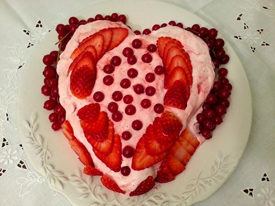 Bolo fofo de claras e frutos vermelhos