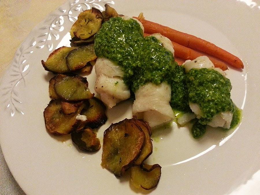 Rolinhos de peixe espada com batata doce e pesto de três ervas