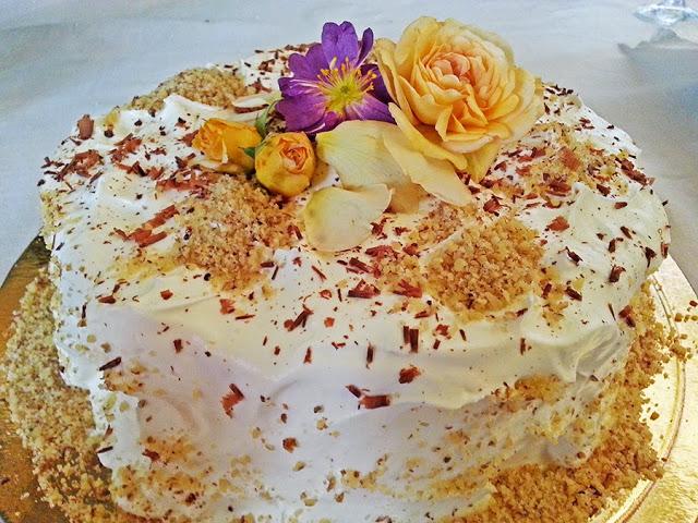 Bolo de aniversário de noz, caramelo e nata
