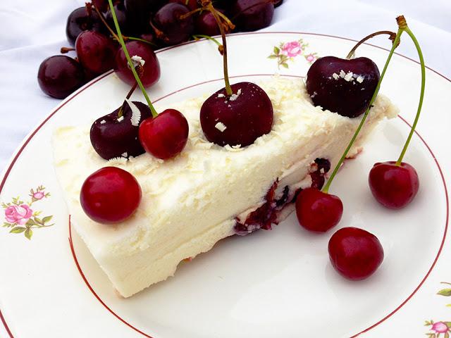 Bavaroise de chocolate branco e cerejas