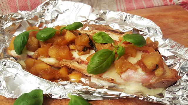 Bruschetta de queijo com chutney de gamboa e manjericão