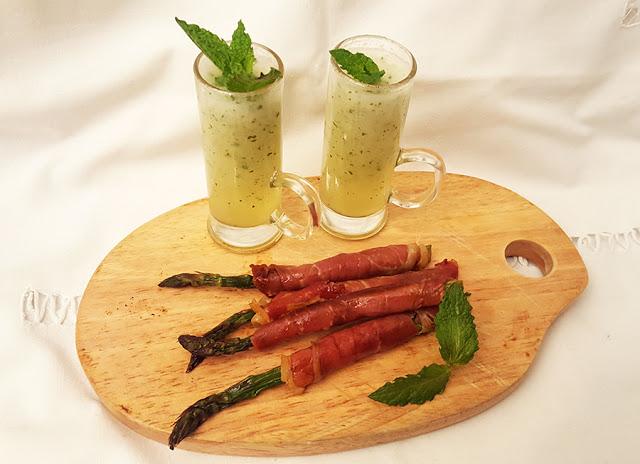 Shots de melão e hortelã com espargos e presunto