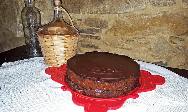 Bolo de manteiga e café com cobertura de chocolate
