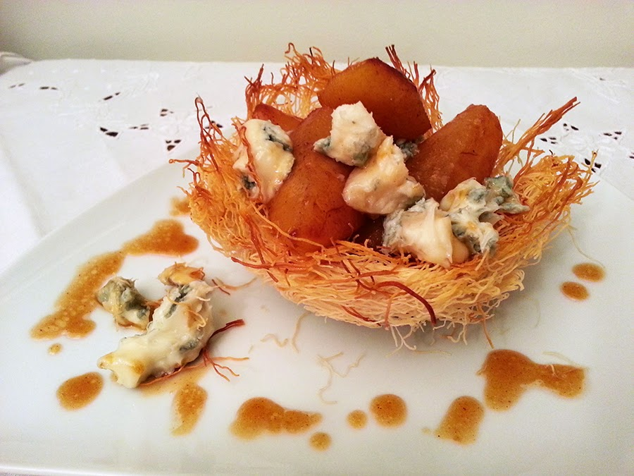 Pêras caramelizadas com gorgonzola em taças de massa kadaif