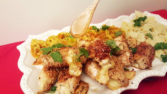 Rolinhos de peru recheados com queijo em crosta de sésamo