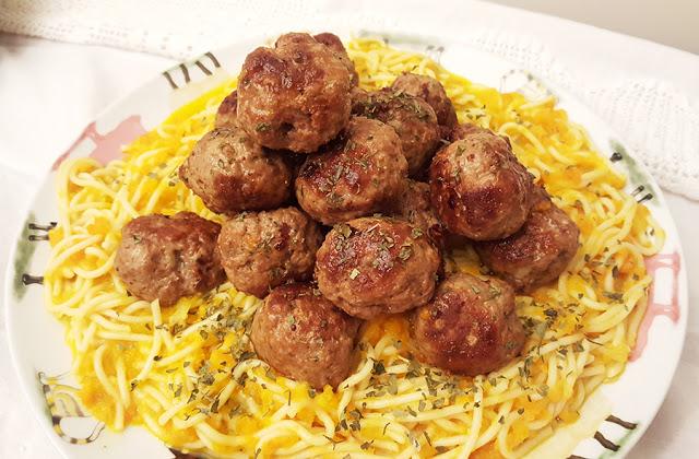 Almôndegas com esparguete e molho de cenoura