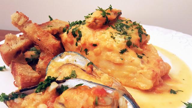 Bacalhau com mexilhões e pão frito