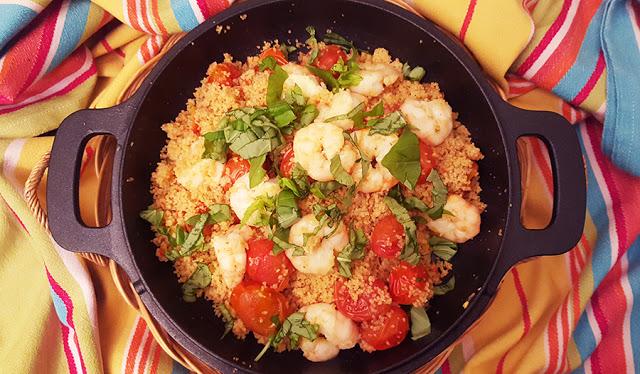 Couscous de camarão com tomate cereja e manjericão
