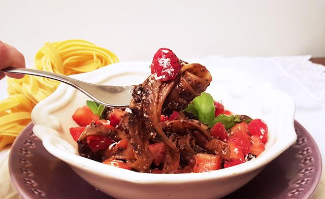 Tagliatelle com pesto de chocolate e salada de morangos