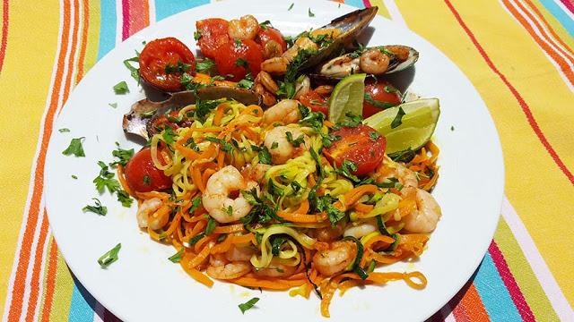 Esparguete de legumes com camarão e mexilhões