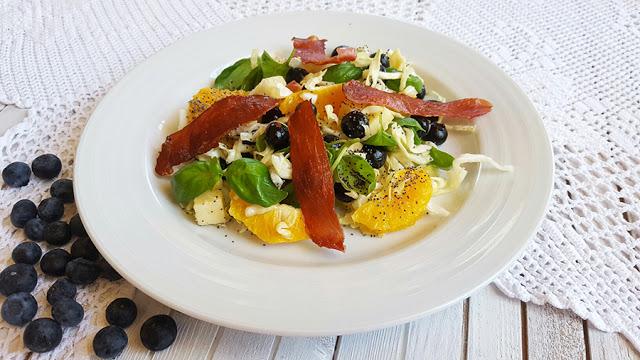 Salada de couve e manjericão com mirtilos e laranja