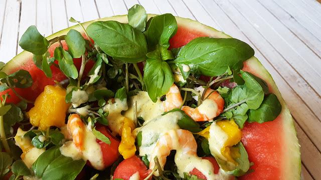 Salada de agrião, melancia e camarão com molho de iogurte e manga