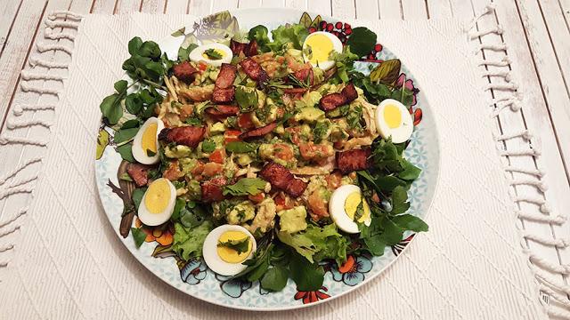 Salada de frango, guacamole e ovo