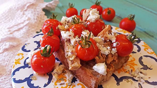 Tiborna de filetes de cavala, tomate cereja e queijo