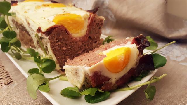 Bolo de carne com ovos