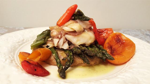 Bacalhau com pimentos, espargos e puré de batata doce e alho francês