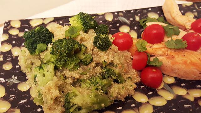 Salmão com salada de quinoa e bróculos
