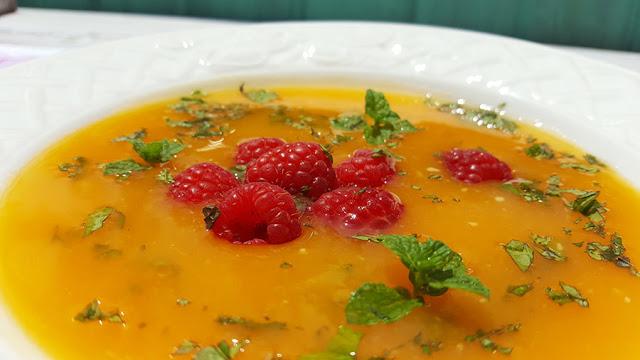 Sopa fria de abóbora com framboesas