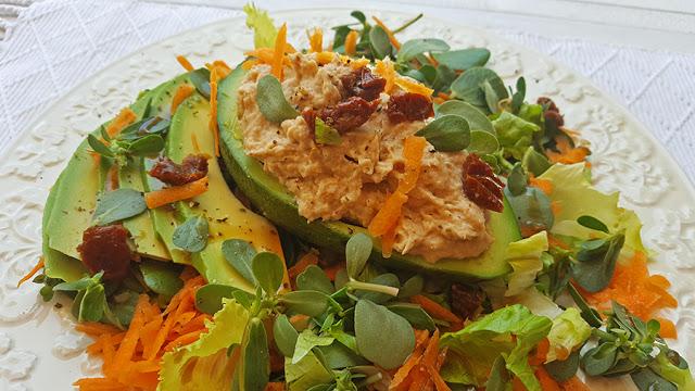 Salada de abacate e folhas verdes com paté de atum