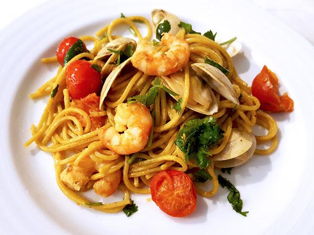 Esparguete com camarão, ameijoas e tomate cereja