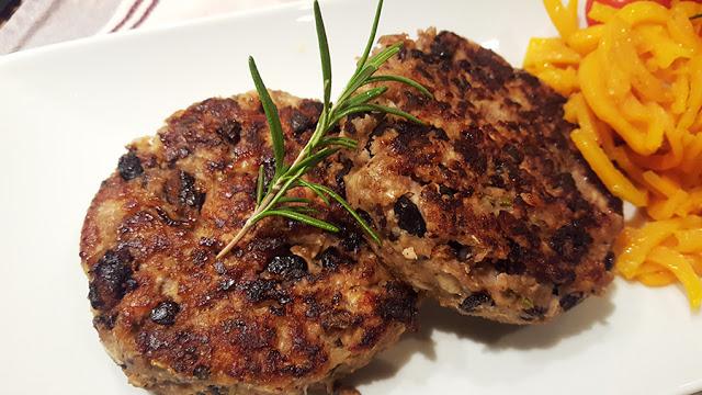 Hambúrgueres de frango e feijão preto