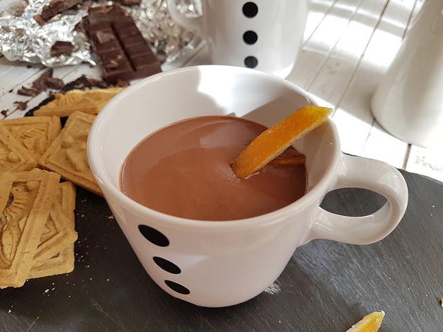 Chocolate quente aromatizado com laranja