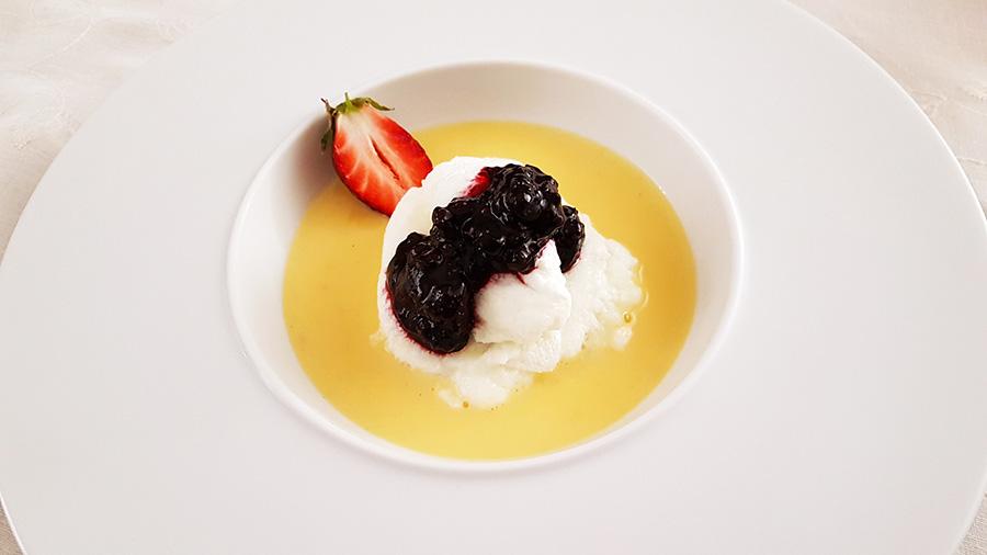 Farófias com molho inglês e frutos vermelhos