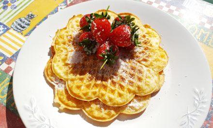 Waffles de coco com morangos