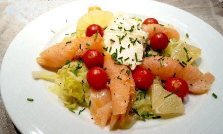 Salada morna de couve, queijo e salmão fumado
