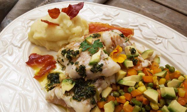 Bacalhau fresco com molho de ervas e puré de batata com alho