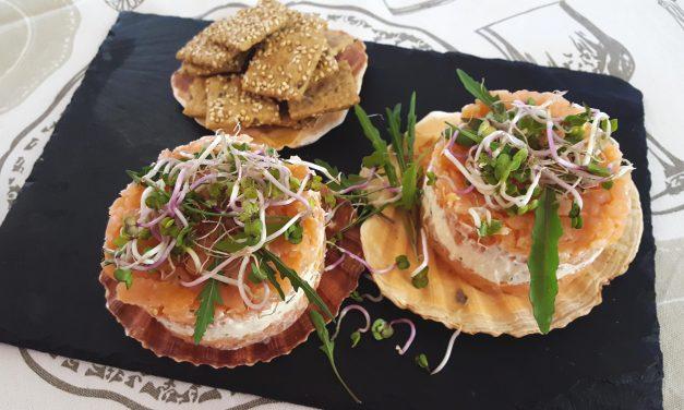 Entrada de salmão fumado, queijo e ervas