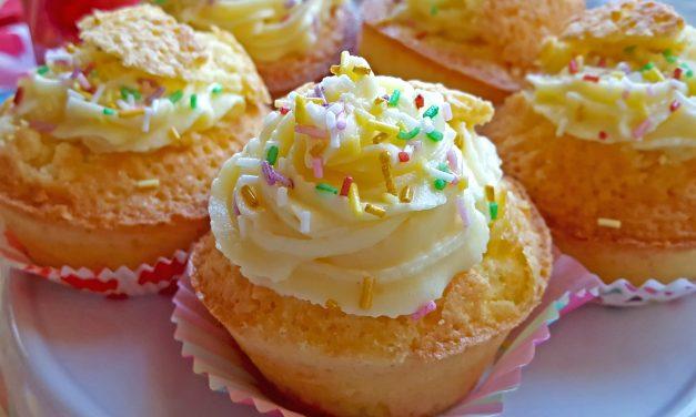 Cupcakes de laranja com cobertura de queijo creme