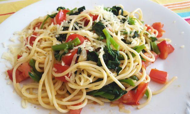 Esparguete com espinafres, tomate e queijo