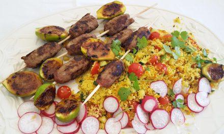 Kebabs com figos grelhados e couscous de legumes