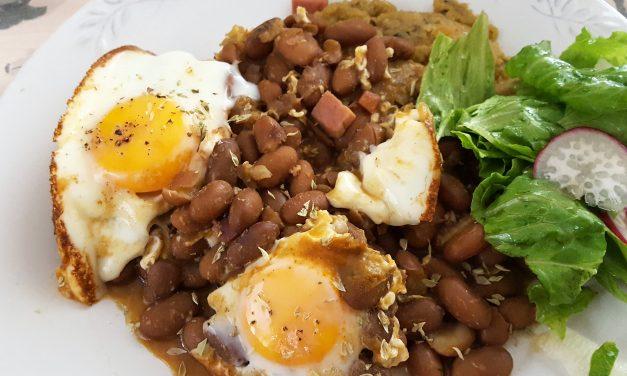 Feijão com ovos e presunto