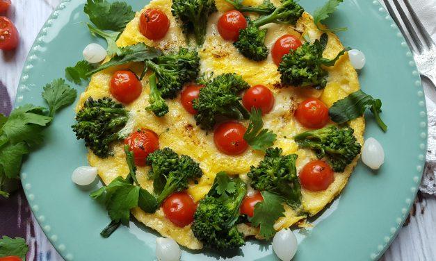Frittata de queijo, tomate e bróculos